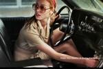 la-dame-dans-l-auto-avec-des-lunettes-et-un-fusil-alaune-copyright-700